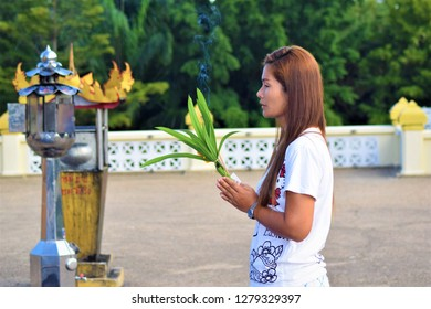 woman Pay respect to the Buddha in temple