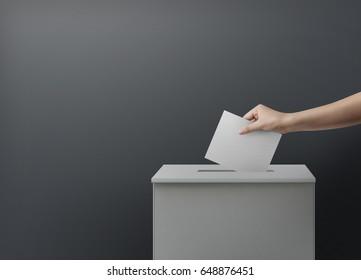 Frauen stimmen mit Wahlurnen über das Konzept der Blankoabstimmung ab.