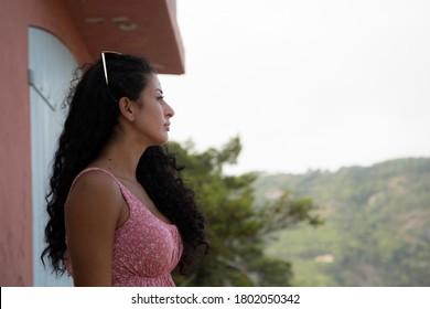 mujer con caminatas rosadas en los vestidos de verano