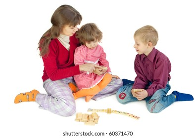 The woman play  with children