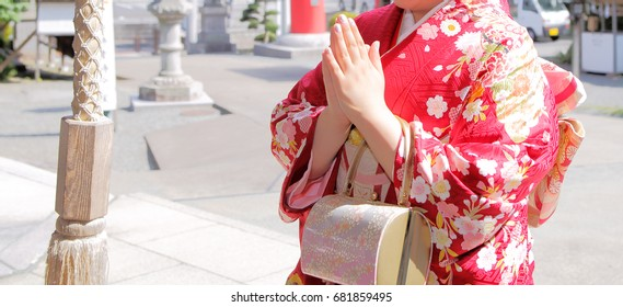 Woman to pray in the kimono to the shrine/Kimono is a traditional Japanese clothing