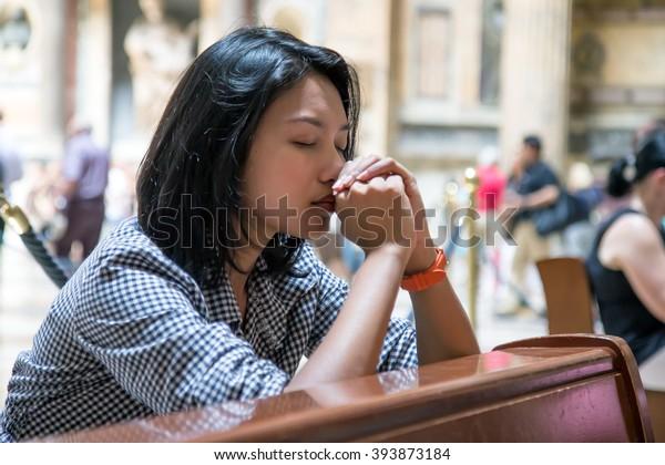 Frauen beten in der Kirche. Die Gläubigen meditieren in der Kathedrale. Spirituelle Zeit des Gebets.
