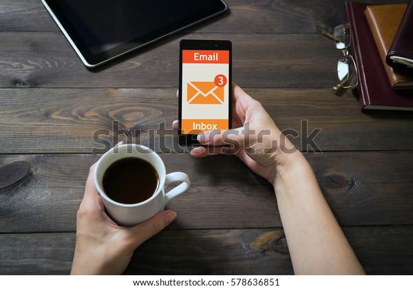 La mujer recibió un correo electrónico en línea en un teléfono móvil. Icono de mensaje en línea