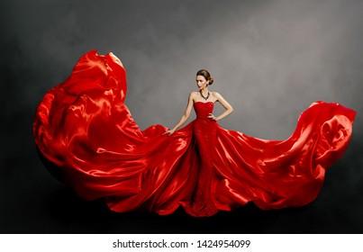 Rotes Frauenkleid, Modemodell in Long-Silk Gown Waving Tuch auf Wind, flatternde, flatternde Stoffe