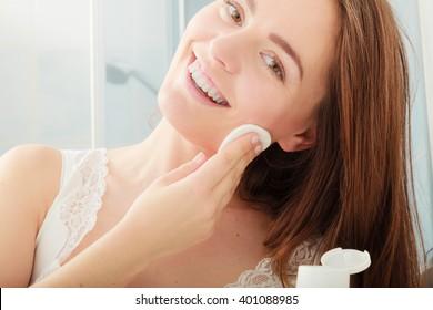 Mujer sacando maquillaje con toallita de algodón. Joven cuidando la piel. Concepto de cuidado de la piel.