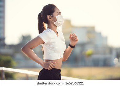 Frauenläufer trainieren morgens sie trägt eine Nasenmaske. Schutz gegen Staub und Viren
