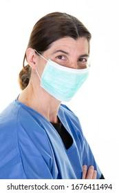 Frauenwissenschaftlerschwester in Schutzform und Maske gegen Covid-19-Coronavirus