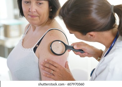 woman seeing doctor for dermatological control