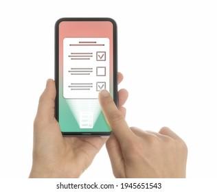 Frau wählt die richtige Antwort in ihrem Smartphone aus. Konzept der Online-Tests, Fragebögen, Abstimmung. Einzeln auf Weiß