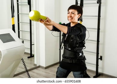The woman shakes her weights with a trainer at  training.