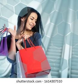 Femme faisant ses courses au centre commercial