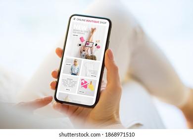 Frauen kaufen online auf ihrem Handy ein