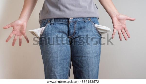 Frauen zeigen leere Taschen ohne Geld.