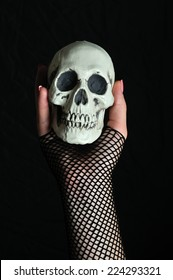 Woman with a skull in his hand