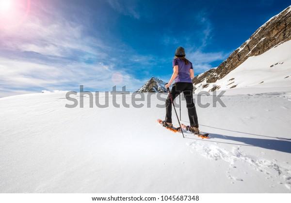 největší výběr 100% ověřeno vyzvednout Woman Snowshoes On Mountain Top | Sports/Recreation Stock Image