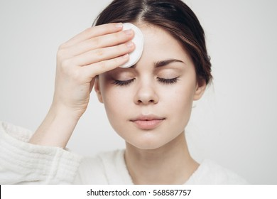 woman with a sponge wihte background cotton pad problem skin