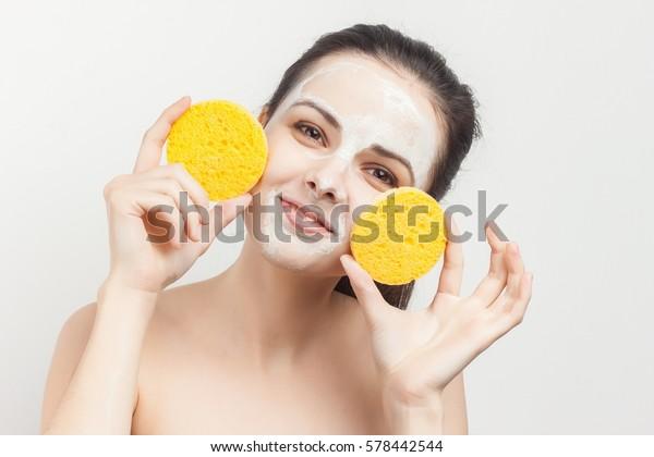 mujer con esponja con almohadilla de algodón de fondo problema de la piel sonriendo.