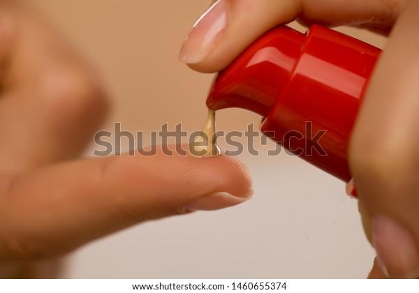 指の上の液体基盤から押し寄せる女性
