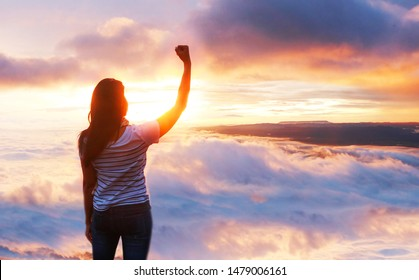 The woman stood out in arms, Chu punch, enjoying the freedom of the rising sun in the morning.