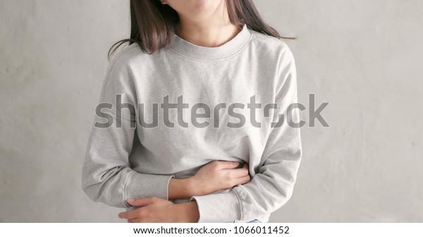 女人患胃痛