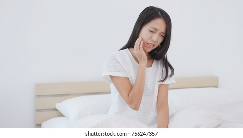 Woman suffering from pain in teeth