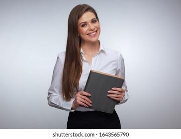 weibliche Lehrerin oder Geschäftsfrau, die ein Buch hält. Weibliche Büroangestellte mit weißem Hemd. Studio einzeln Porträt von lächelnden Frau.