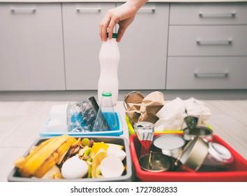 Die Frau wirft Plastikflasche in einen von vier Behältern, um den Müll zu sortieren