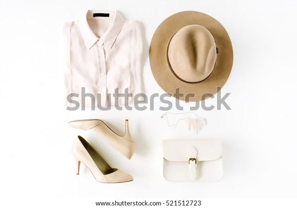 白い背景にトレンドなファッション服のコラージュ、平らな背景、上面