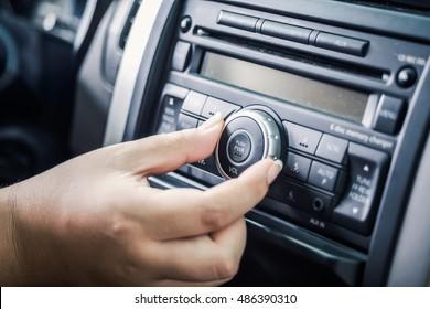 Wendeknopf des Radios im Auto