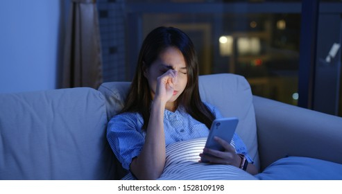 Woman use of mobile phone at night and feeling eye pain and dry