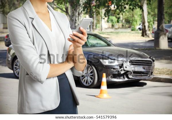 Frauen, die nach einem Autounfall telefonieren, Nahaufnahme. Verkehrssicherheitskonzept.