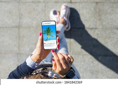 Frauen sehen Fotos auf ihrem Telefon