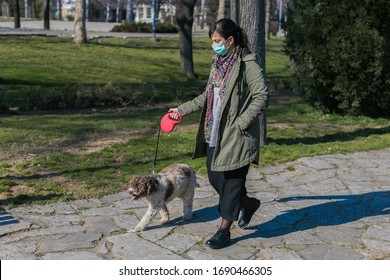 Frau, die mit Gesichtsmaske im Park spaziert