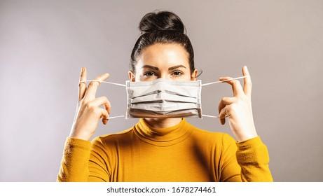 Frauen, die eine Schutzmaske gegen Viren tragen, um andere vor einer Infektion mit COVID-19 und SARS cov 2 zu schützen