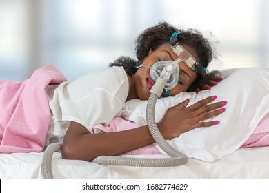 Femme portant un masque de casque CPAP pour dormir