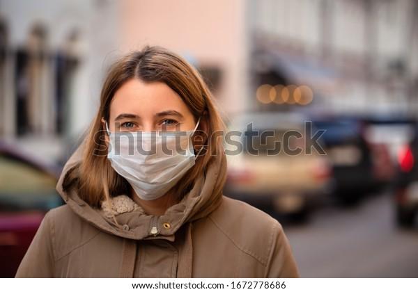 Femme portant un masque pendant l'épidémie de coronavirus. Le virus répand la prévention de la grippe carantine. Fille dans une facemask dans les rues d'Italie
