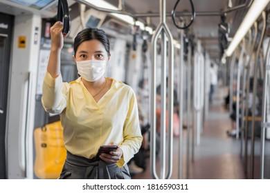 Mujer con mascarilla en tren aéreo o metro. Prevención de brotes de coronavirus (COVID-19) en el transporte público.