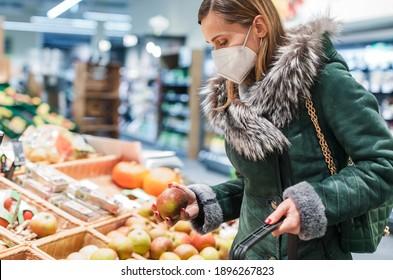 Frauen, die ffp2-Gesichtsmaske-Shopping in Supermärkten tragen