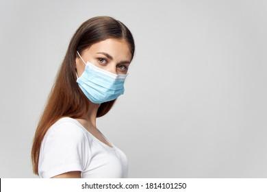 Frau mit medizinischer Maske und Blick auf die Bronette einzeln auf Hintergrund