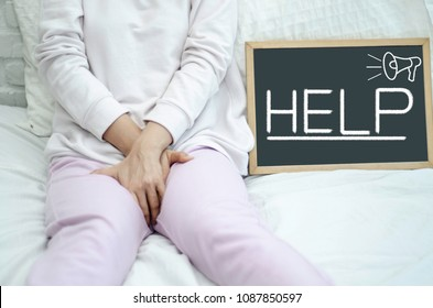 Woman wearing pink pants the itching on vaginal. Genital itching caused by fungus in underwear.Blackboard For text input.Help text When vaginal itching.Help text Draw with a brush.