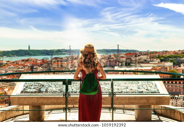 Frauen mit portugiesischen Flaggenfarben in Lissabon, Portugal
