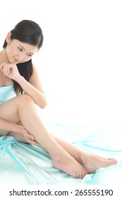 The woman who is doing leg massage