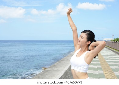 Woman who exercises by the sea