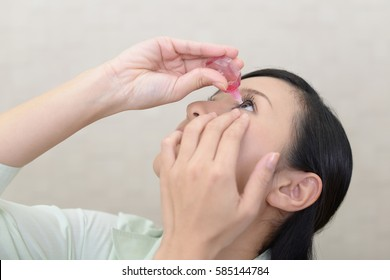 Woman who puts eye drops in her eyes