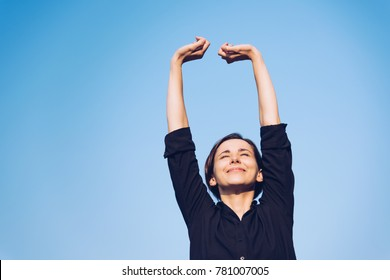 Woman who relaxes under the blue sky