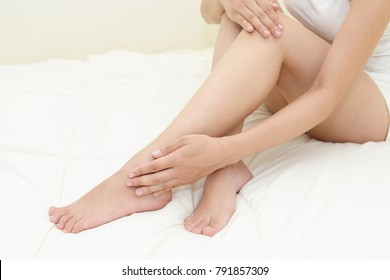 Woman who takes care of her legs.