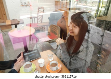 Woman who talks in a cafe