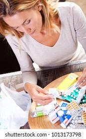 woman who tidies medicine boxes