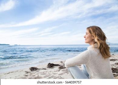 Frau im Winter am Strand