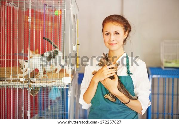 kobieta pracująca w schronisku dla zwierząt